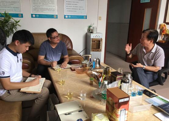 王董(右)向中心工作人员(左)讲述企业难题.jpg
