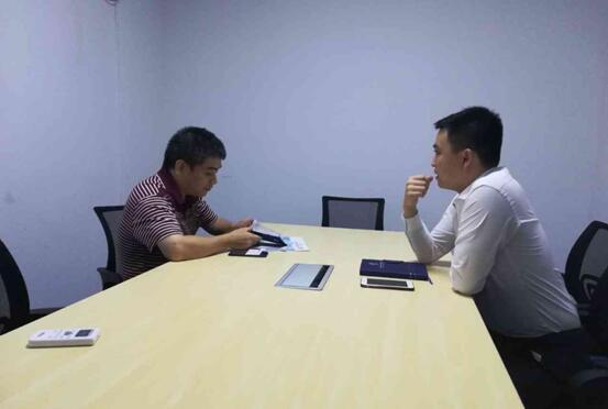 财务部姬总监(左)与中心工作人员(右)交流中心服务内容.jpg