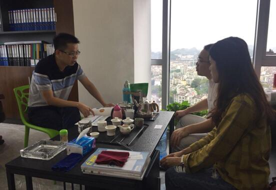 王董事长(左)与中心工作人员(右)交流中心服务.jpg