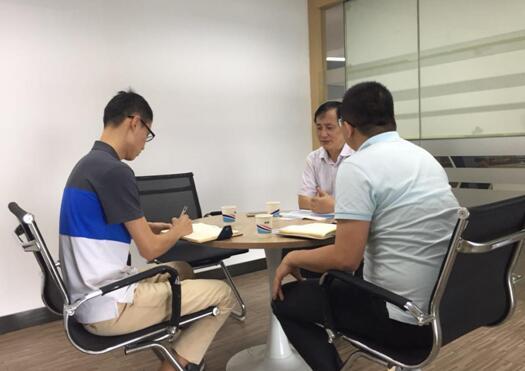 龙哲智能卡潘总(右)与中心工作人员(左)交谈中.jpg