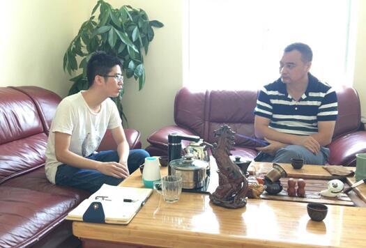 丰威源樊总(右)与中心工作人员(左)交谈中.jpg