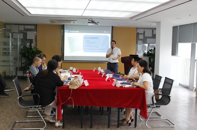 林建平副主任向各企业代表介绍中心情况及中心的服务内容.jpg