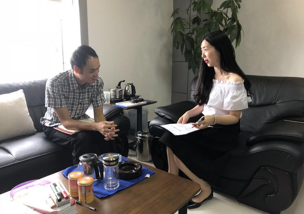 中心工作人员刘永文(左)与企业朱经理(右)交流中.jpg