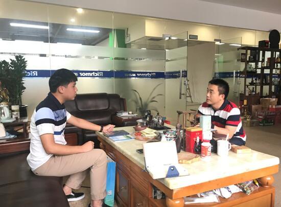 中心工作人员(左)与王总(右)交谈中.jpg