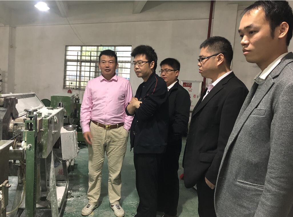 肖总(左一)介绍产品生产过程.jpg