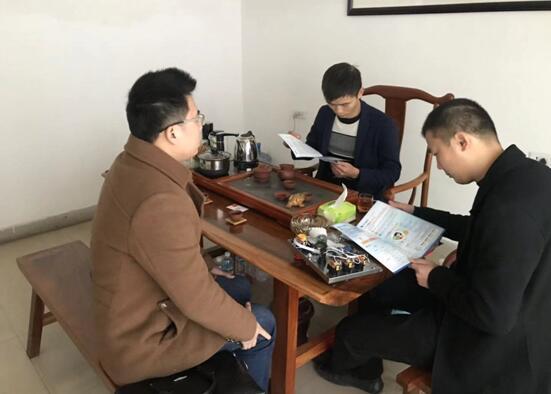 工作人员与朝鑫牧业总经理黄涛交流中.jpg