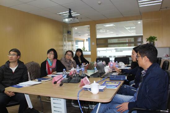 中心工作人员向企业介绍中心情况及中心的服务内容.jpg