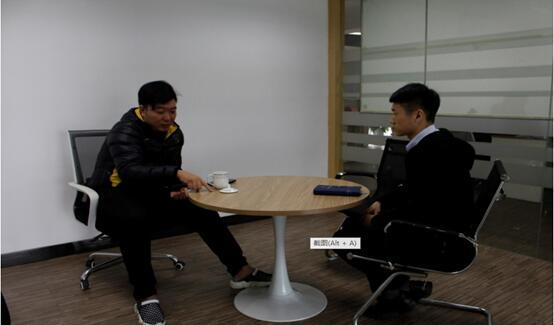 大普微电子科技张经理(左)与中心工作人员(右)交谈.jpg