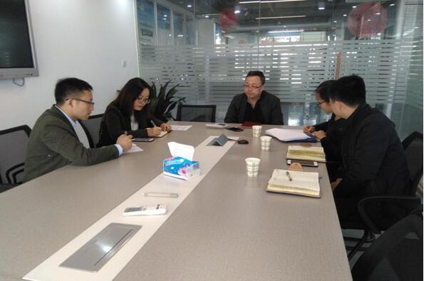 百柔新材料汤经理(中)与中心工作人员(右)交谈.jpg
