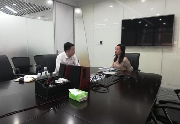 中心工作人员(左)为赵经理(右)解答问题.jpg