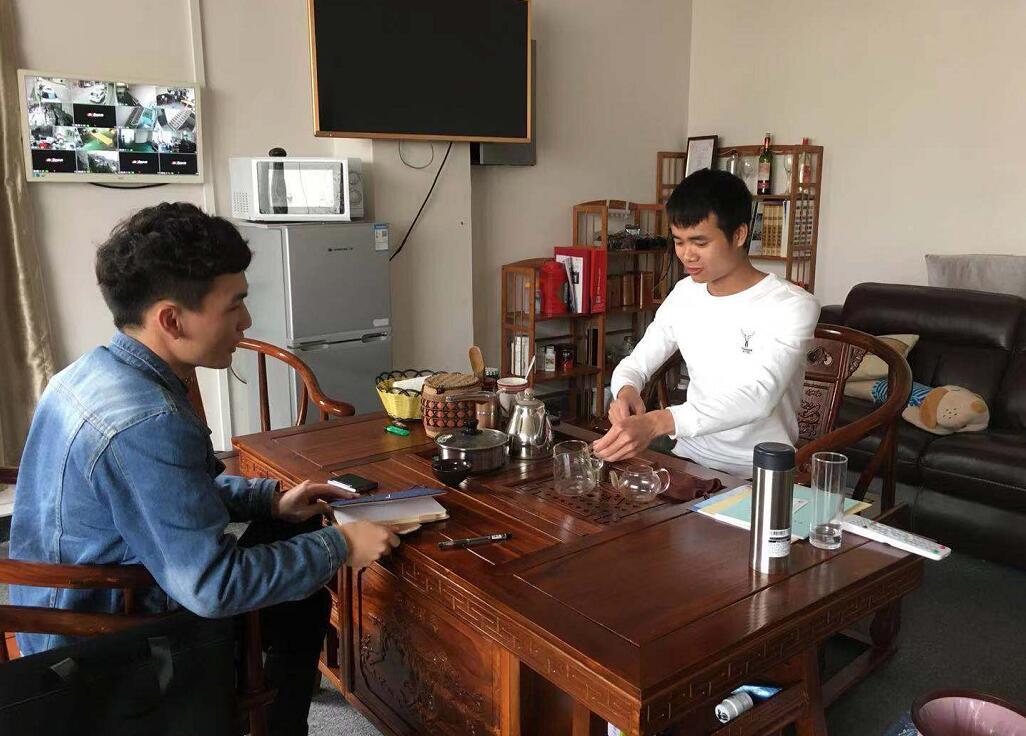 中心工作人员陆延港(左)与企业黄经理(右).jpg