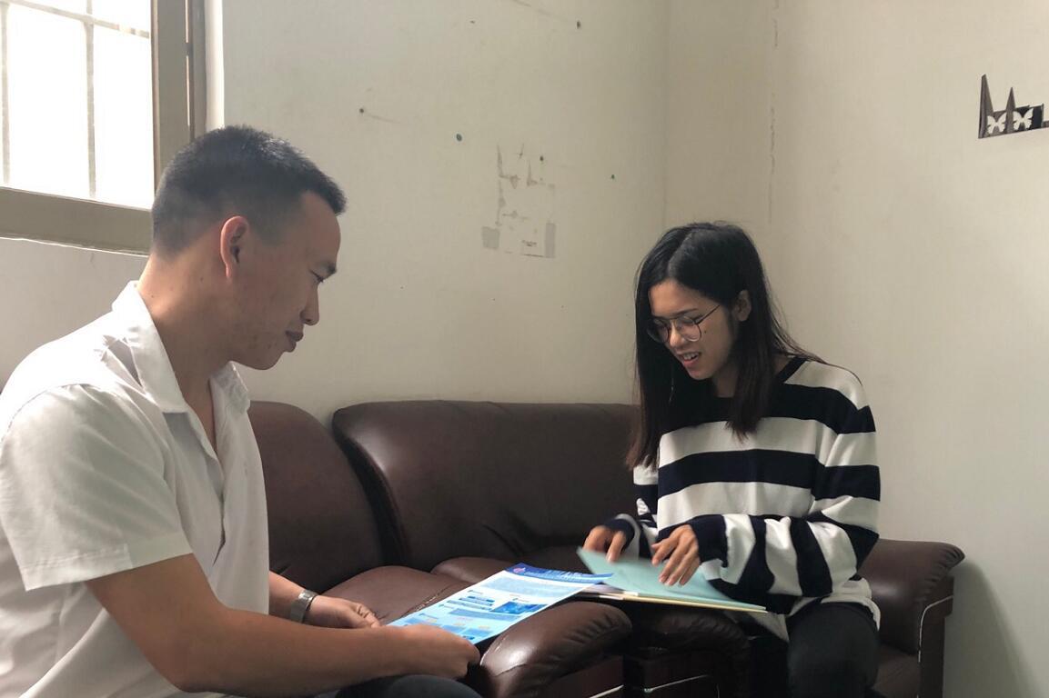 企业卢总(左)与中心工作人员陈焰艳(右).jpg