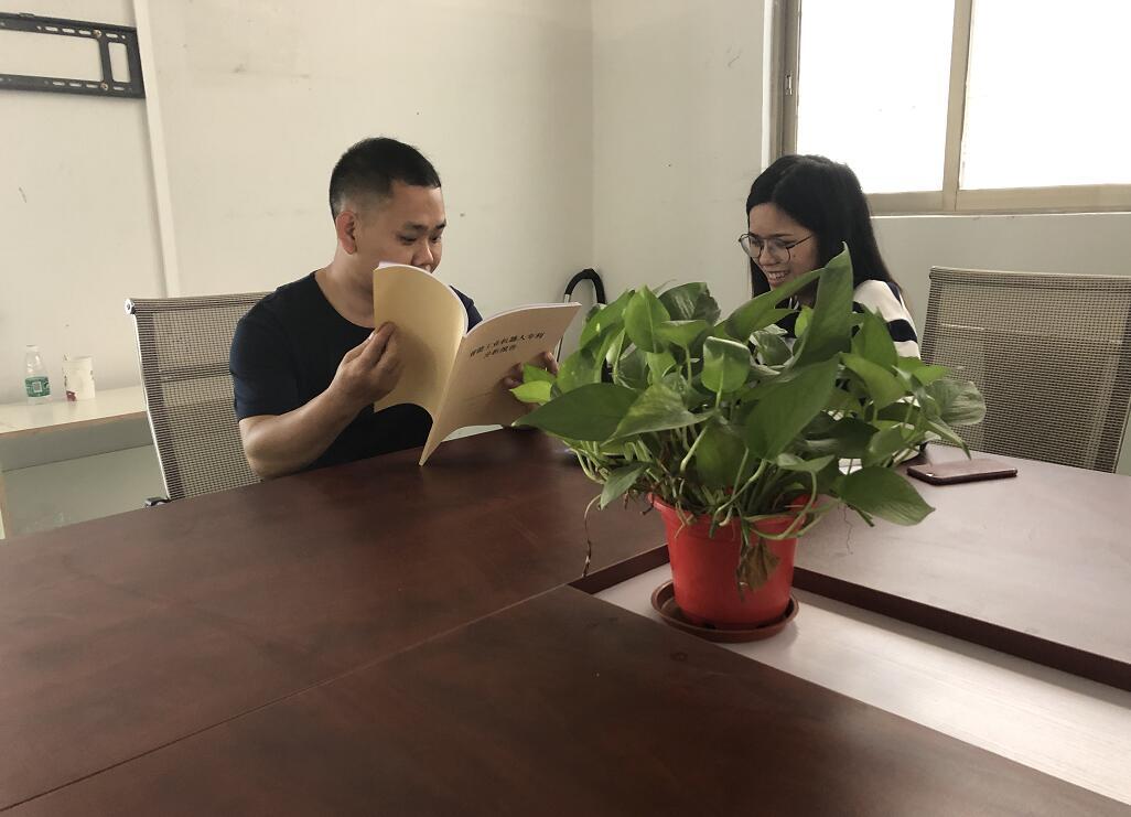 中心工作人员陈焰艳(右)给企业周总(左)介绍中心平台.jpg