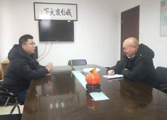 工作人员与公司副总经理何树清交流中.jpg
