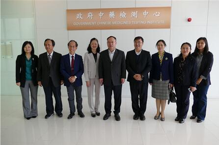 广西科技代表团在香港卫生署官员的陪同下与香港政府中药检测中心交流考察并合影.jpg