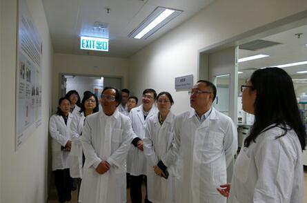广西科技代表团在香港卫生署官员的陪同下,听取香港政府中药检测中心介绍.jpg