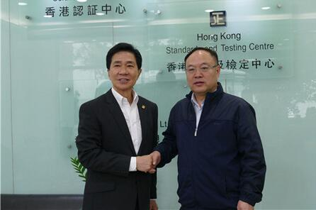 广西科技厅党组书记、厅长曹坤华(右)与香港认证局总裁冯立中(左).jpg