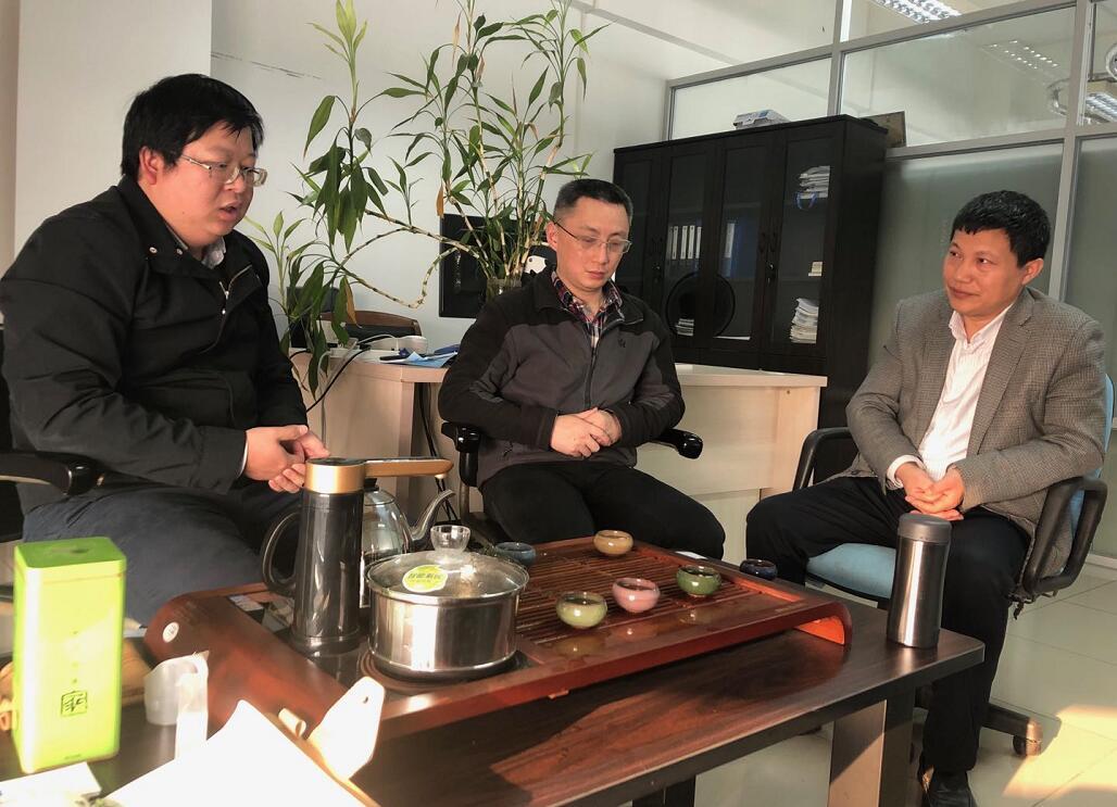 院方王经理(左)、刘工程师(中)与企业吴总(右)交流中.jpg
