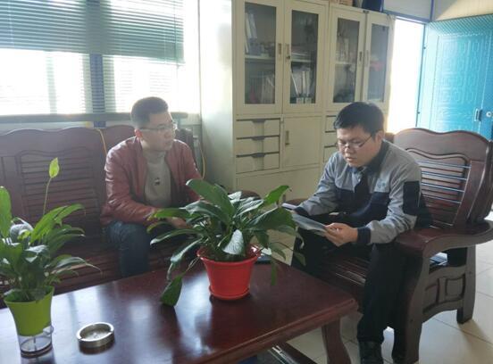工作人员与公司技术总工李昆交流中.jpg