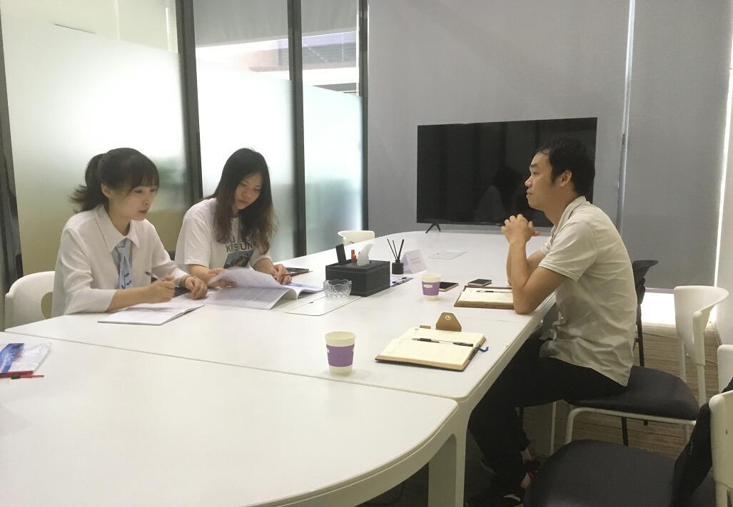 中心工作人(右)与企业交流.jpg