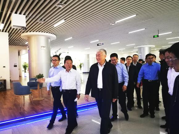 宁夏生产力促进中心主任赵功强向王部长等领导介绍宁夏技术市场成立背景.png