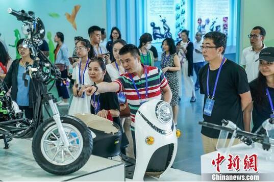 海外华文媒体参访中国—东盟新能源电动车生产基地。 陈冠言 摄。.jpg