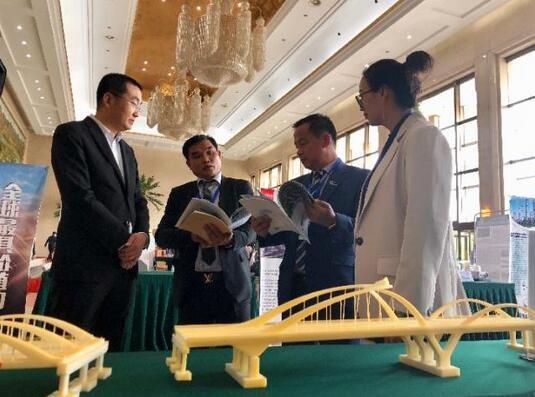 老挝青年企业家坎蒙·班椰山(左二)正在与宁夏建筑企业负责人张志涛(左一)交流合作方向。新华社记者艾福梅摄.jpg