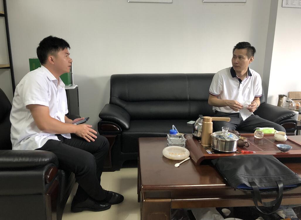 中心工作人员(左)向李文翔总经理(右)介绍中心.jpg