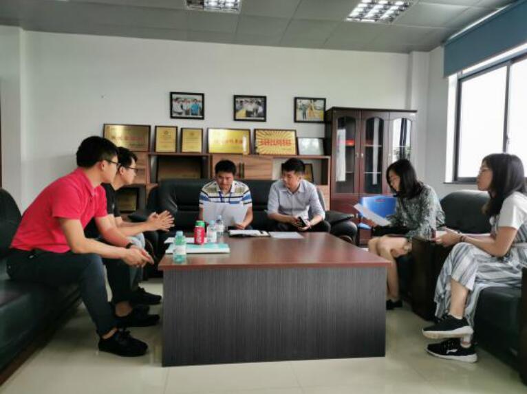 平台工作人员与桂客发展公司相关人员交流中.jpg