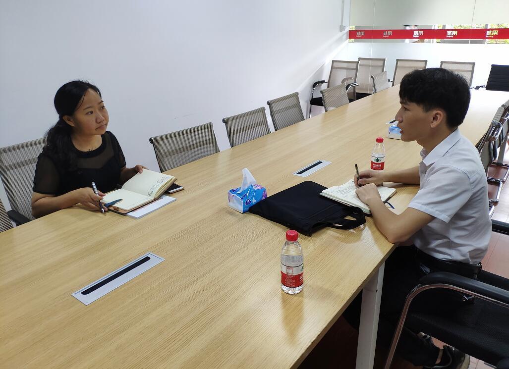 中心工作人员(右)与中山市博达软件有限公司杜丽红(左)交流现场.jpg