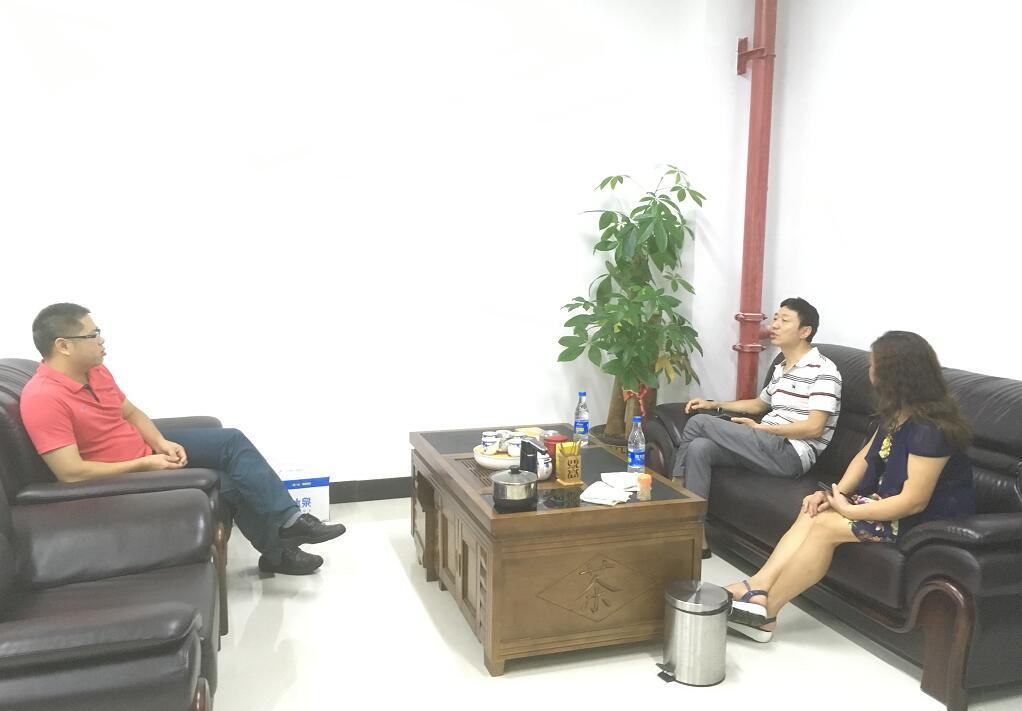 中心钟主任(左)与程文彬教授(中)交流.jpg