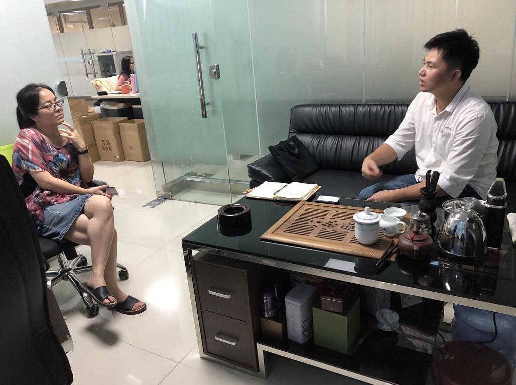中心工作人员(右)与合普天成刘总(左一)交流中.jpg