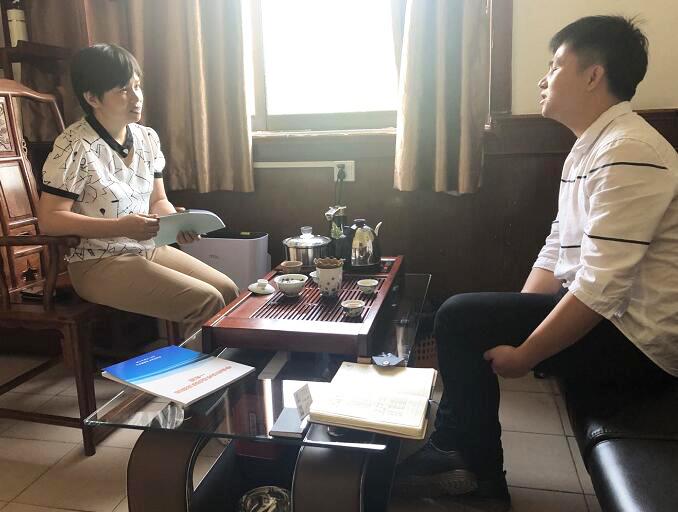 中心工作人(右)与华新气体有限公司曹总(左)1.jpg.png