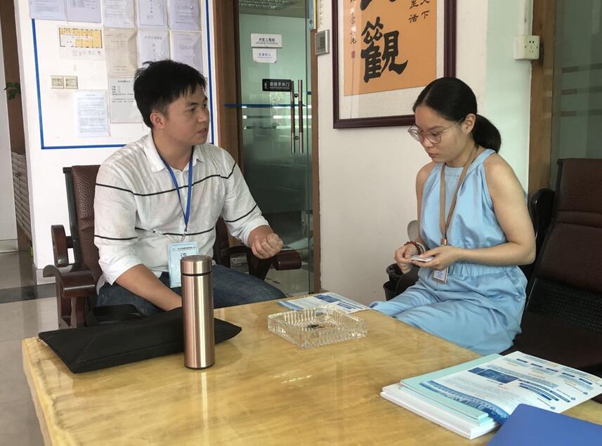 中心工作人员(左)与威星电器陈经理(右)交流现场.jpg