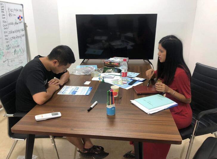 谢经理(左)与中心工作人员陈焰艳(右)交流中.jpg