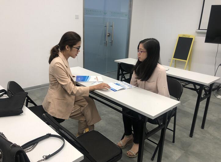 中心工作人员(左)向赖小姐(中)介绍中心.jpg