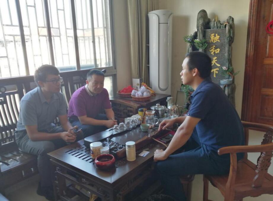 平台工作人员与桂林永福福寿养生茶业有限公司黄总洽谈中.jpg