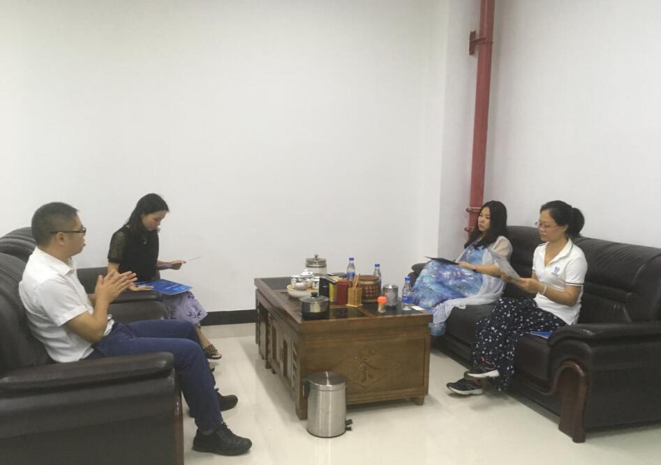 中心负责人钟辉祥(左一)和戴总(左二)交流.jpg