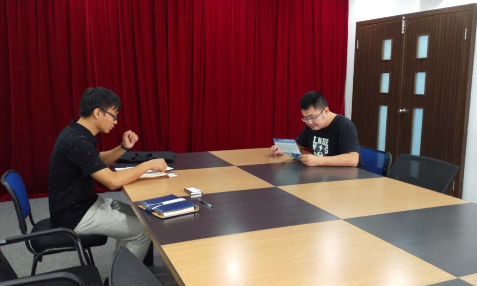 中心工作人员(左)与信兴陈工(右)交流中.jpg