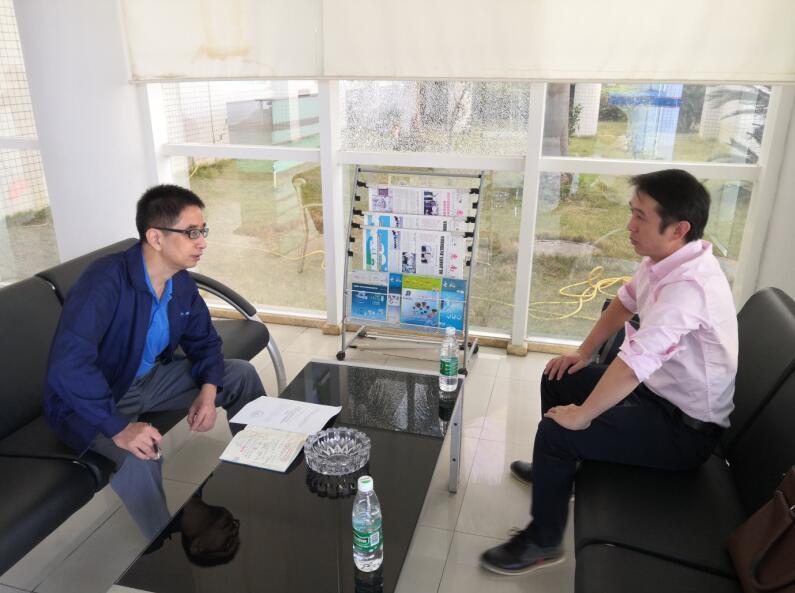 中心工作人员(右)与大新精密公司韩总(左)交流中.jpg