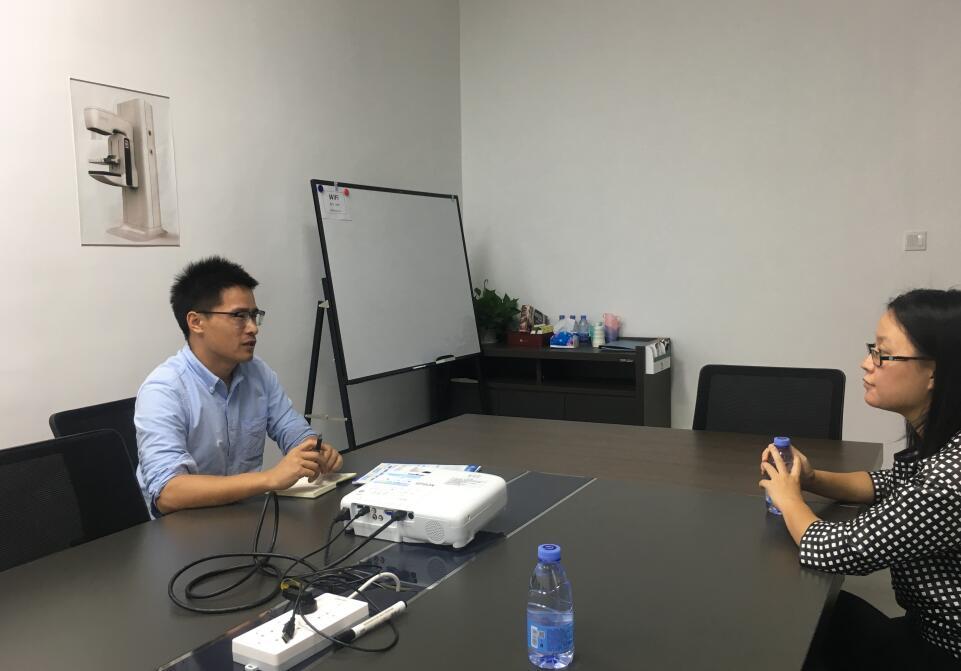 网龙数字任经理(左)与中心工作人员(右).jpg