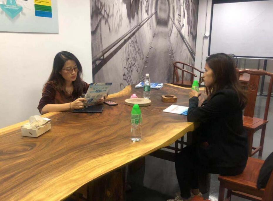 中心工作人员(右)和罗小姐(左)交流.jpg