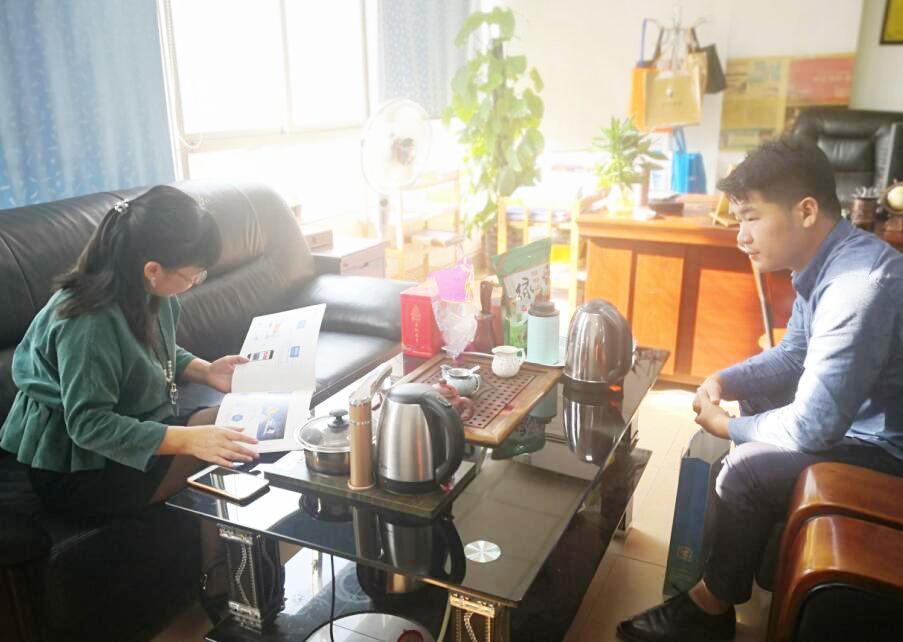 真有网络杨经理(左)与中心工作人员(右)交谈.png