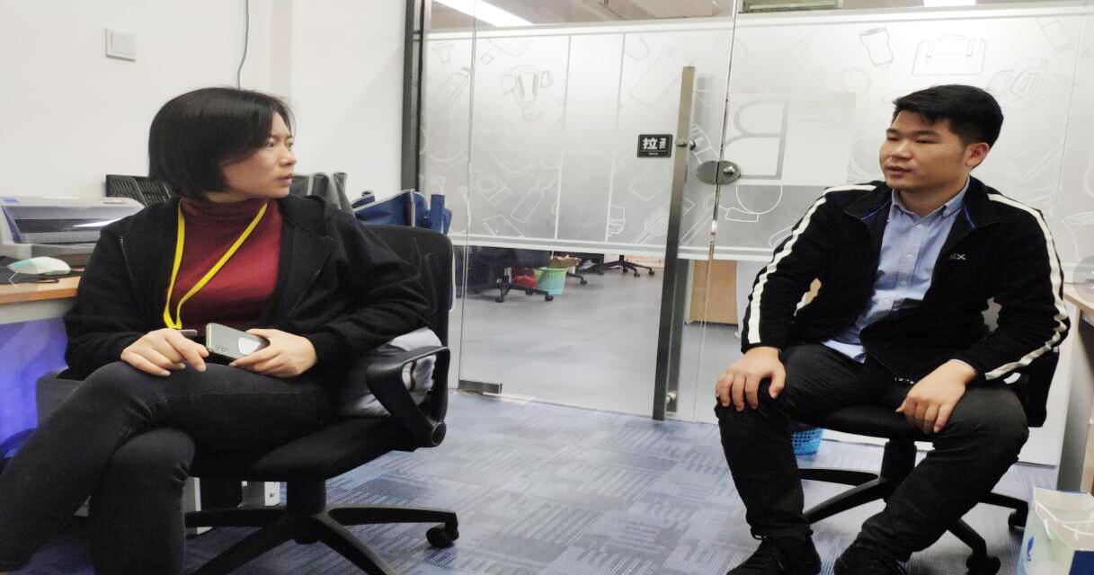 袁经理(左)与中心工作人员(右)交谈.png