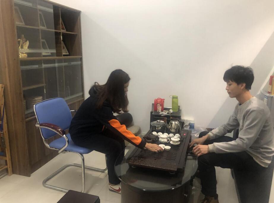 希尔广告传媒李先生(右)与中心工作人员(左).jpg