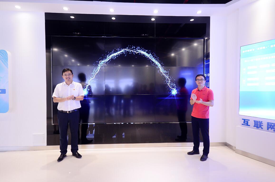 中山科技局尹明局长(左)与科易网副总经理王锦平(右)共同为平台启动上线.png