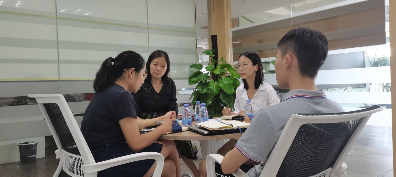 刘总监(左二)与中心工作人员交谈.png